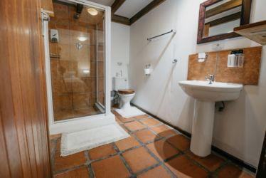 The Village Lodge Otter En suite bathroom